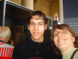 Z'avez vu la momie qui se ballade dans le fond  PS : c'était au Louvre
