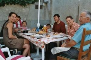 Photo de groupe avec Papi et Mamie. Dans l'ordre : Fabienne, Jean-Yves, Lola, Paul, Tonton Lolo, Mamie, Papi